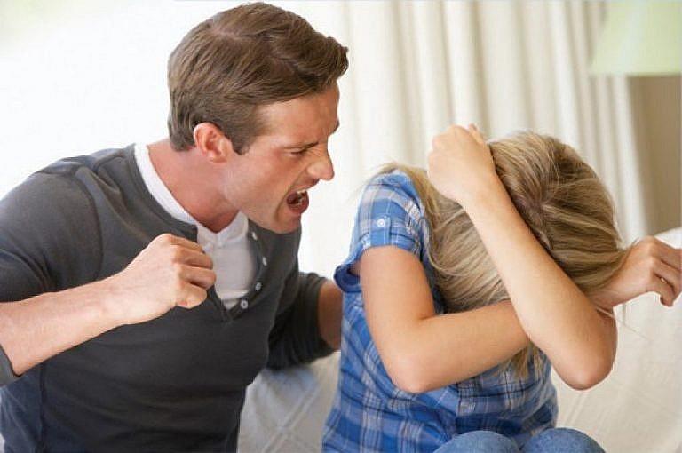 мужчина распускает руки на женщину
